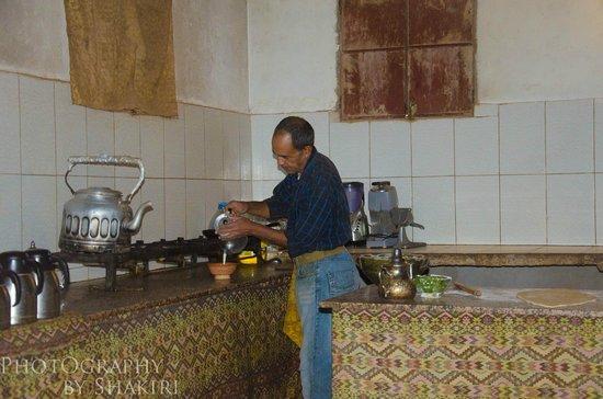 Chegaga Bivouac : le cuisinier