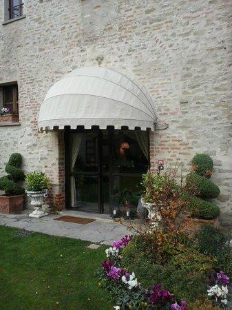 Hotel Castello di Sinio: A welcoming entrance