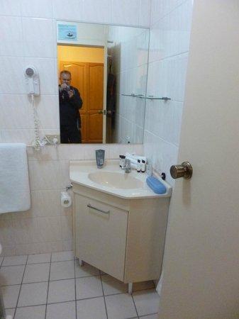 Adelaide International Motel: Bright, modern bathroom