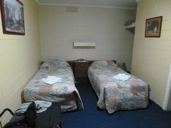 Norfolk Motor Inn: Twin beds in a prison cell environment