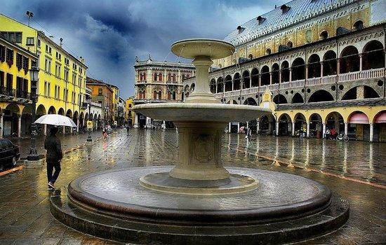 Palazzo della Ragione : View from Piazza delle Erbe (with fountain)