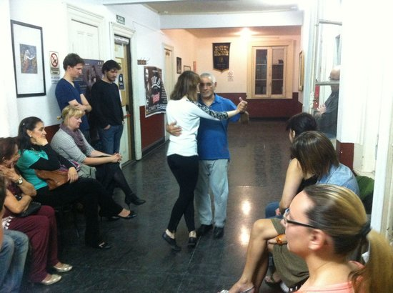 Academia Nacional del Tango: Momento final da aula onde os alunos tem a oportunidade de demonstrar um pouco do que foi ensina