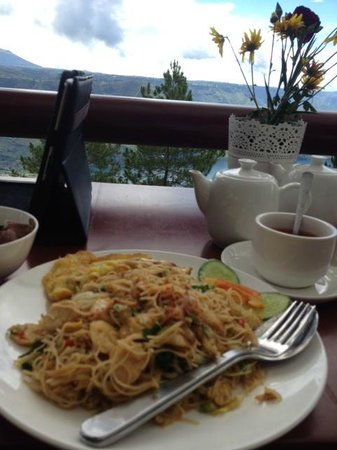 Taman Simalem Resort: Breakfast served with view