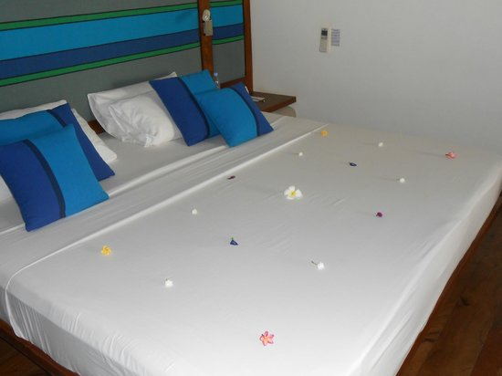 Hotel Mermaid & Club: Fresh flowers on the bed