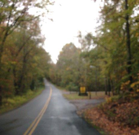 Fredricksburg VA/Washington DC KOA: Entrance at foot of hill!  Sorry it's a blurry picture but that's the KOA sign.