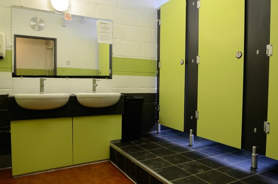 Oxford Backpackers Hostel: Female bathroom and toilet