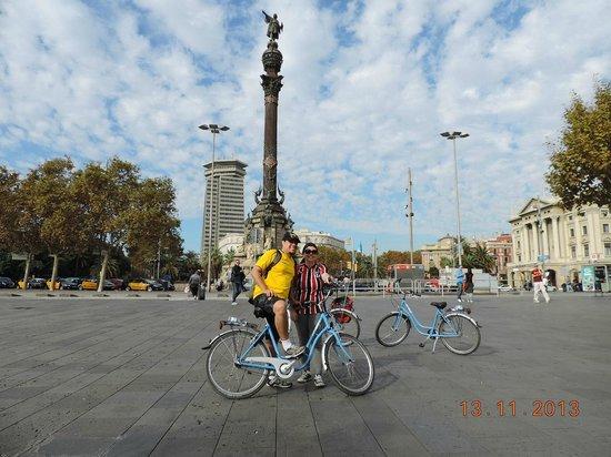 Bornbike Barcelona : com a estatua de Colombo, apontando para o oceano.