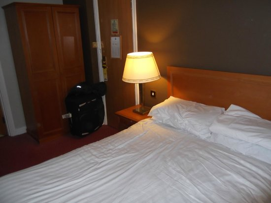 Days Hotel Coventry: extra pillows were supplied within minutes of asking