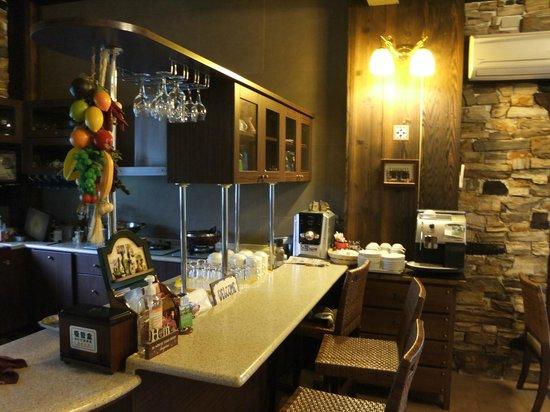 Rothenburg Lodge: 右邊有一台自動式的咖啡機,想喝時就自己去泡