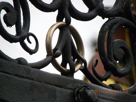 Der Schöne Brunnen: 3回回すと願いが叶うという金のリング・・・