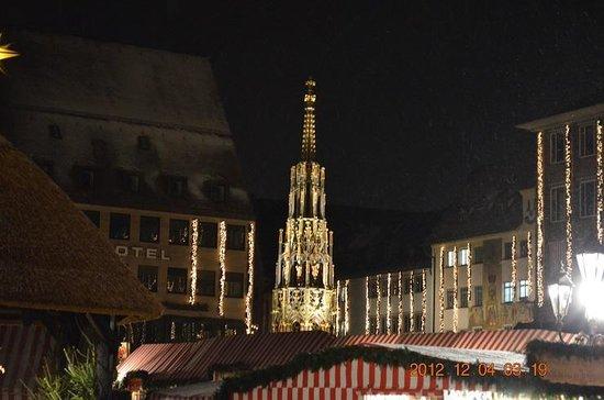 Der Schöne Brunnen: クリスマスマーケットと美しの泉