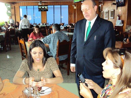 Restaurant Tiuna CA: cantando mi suegrita el cumpleaños