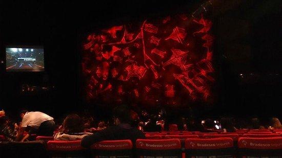Renault Theatre: Antes de começar o espetáculo. Sentamos até que próximos ao palco...
