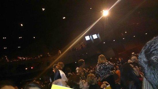 Renault Theatre: O Teatro é muito grande, tinha muita gente ainda atrás de nós.