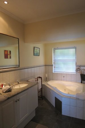 Augusta Bay: Lovely large bathroom with double basins & spa bath