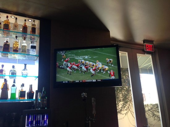 Le Meridien Delfina Santa Monica: College football in the bar
