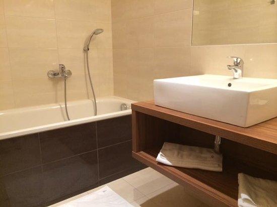 Vasca Da Bagno Ufo : Particolare del bagno con vasca foto di hotel saffron bratislava