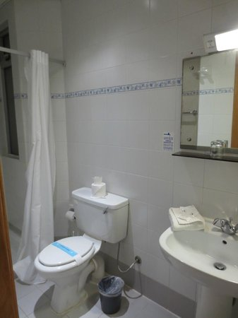 Sliema Marina Hotel: Shower room, toilet