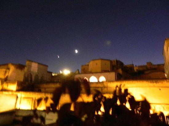 Riad Tara Hotel & Spa: terrasse la nuit