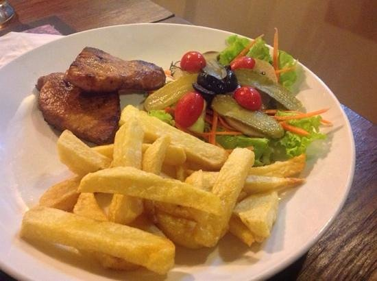 Aussie Sports Bar and Guesthouse : My Pork Fillet- chips aregood, meat ok, salad blech