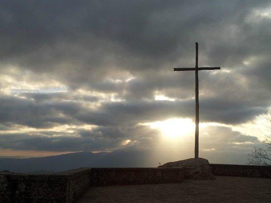 La Verna (Santuario Francescano) : La croce al tramonto in autunno