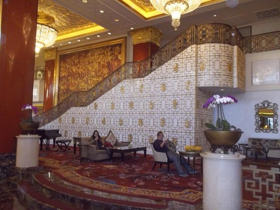 Shangri-La's China World Hotel: Stairway in lobby