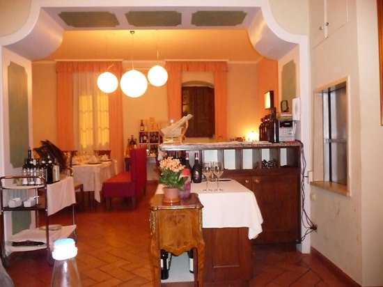 Ristorante Il Cacciatore: The delightful art deco furnishings with a very welcoming atmospher