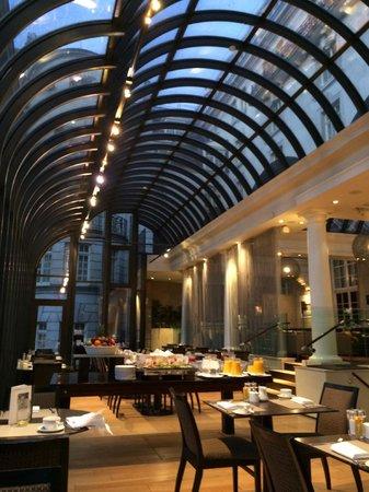 Le Meridien Piccadilly: sala colazione con volta in vetro