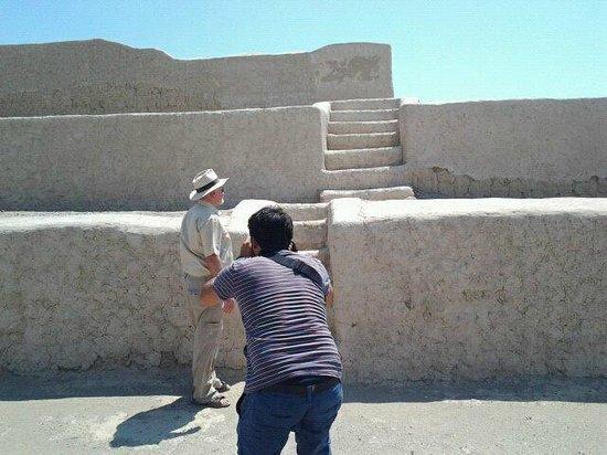Marco Garro Fotografeando al Dr,Guiseppe Orefici en Cahuachi.