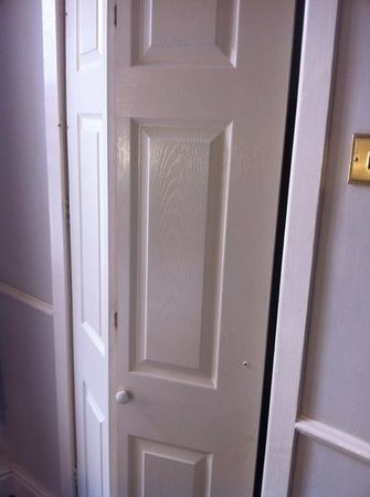 The Eaton Hotel: bathrrom door that doesn't shut