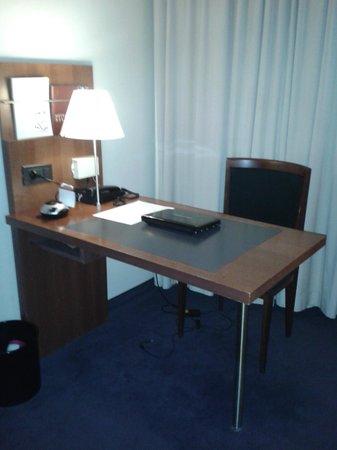 Hotel Silken Berlaymont Brussels: Bureau dans la chambre