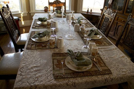 Maple Street Bed and Breakfast: The table is prepared for a 5 star breakfast