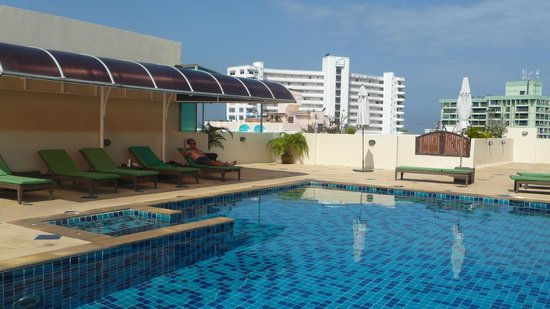 Tara Court Hotel: rooftop pool