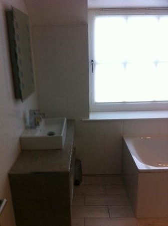 The Daffodil Hotel & Spa : large bathroom