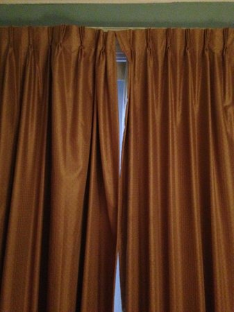 The Priory Hotel: Curtains rods that don't close