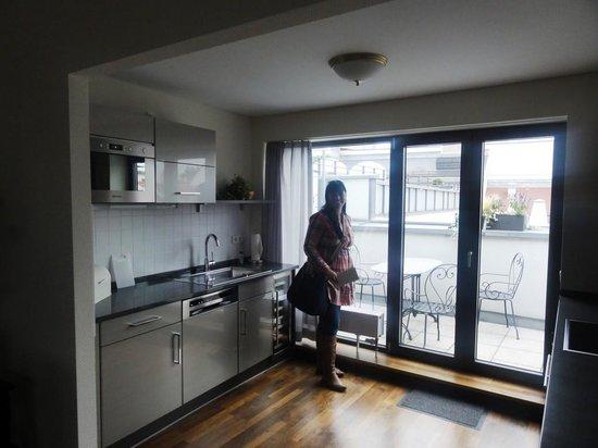 Hotel Suitess zu Dresden: cozinha e varanda do apartamento de cobertura