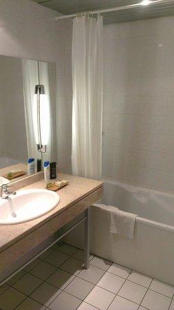 Hotel Logis Lyon Est - Porte de L'Ain : Salle de bain