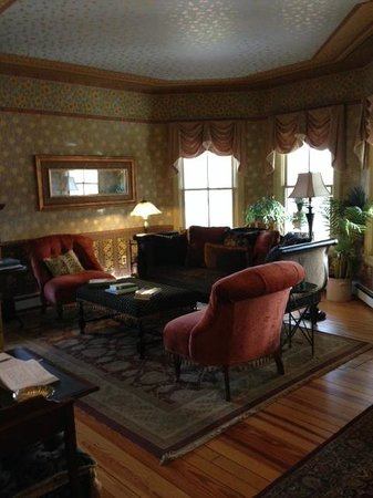 Rosehaven Inn Bed and Breakfast: Common area living room