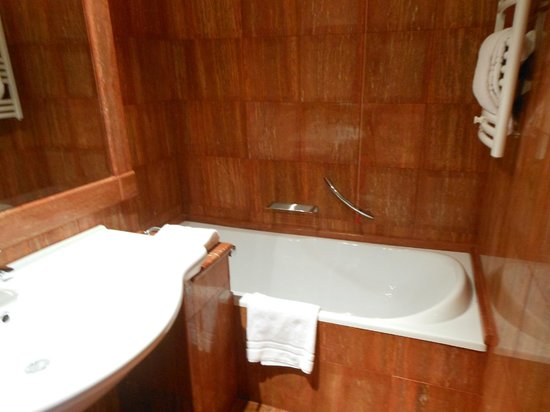 Rome Marriott Park Hotel : A photo of the huge tub in its own room