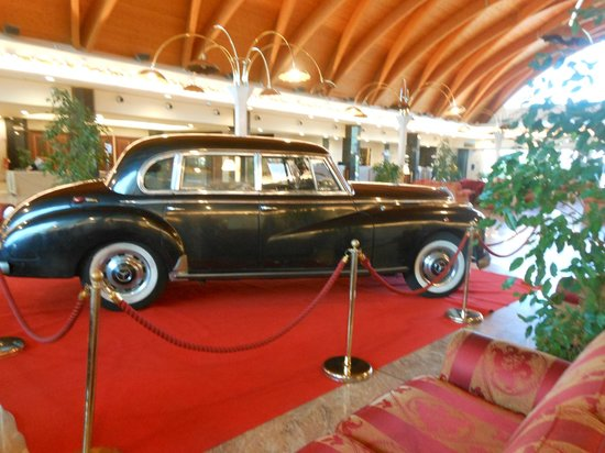 Rome Marriott Park Hotel : View of an antique car in the lobby