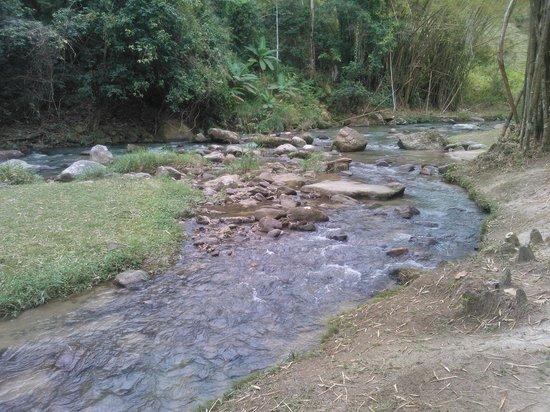 Pousada Sao Pedro do Sana: Rio de frente para pousada, somente alguns chales tem.