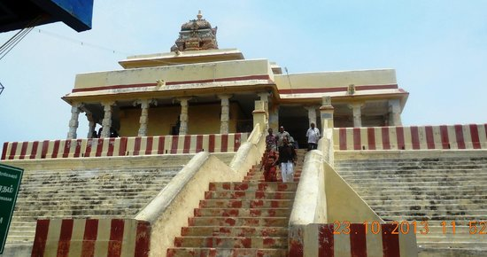 Рамесварам, Индия: People ascending on the steps of Ramar Padam temple -front view