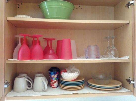 Enchanted Inn & Beachside Cottages : Darling, Festive, Colorful dishes in Unit #5...no touch overlooked!