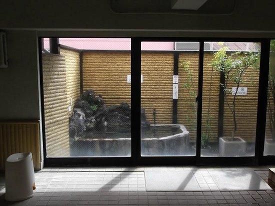 Hotel Edoya: Baño público en la última planta con pequeño Onsen al aire libre