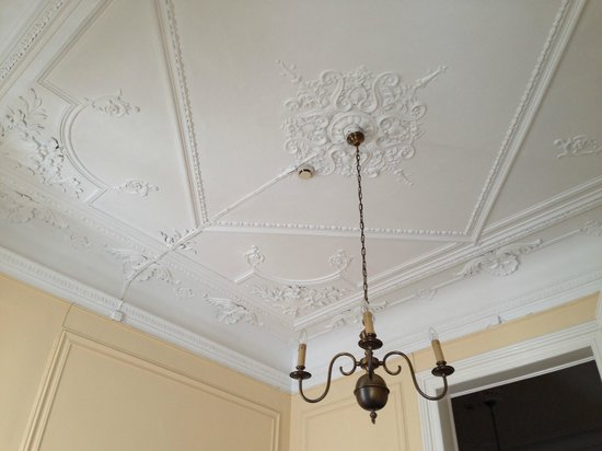 Pensao Londres: The ceiling of our room