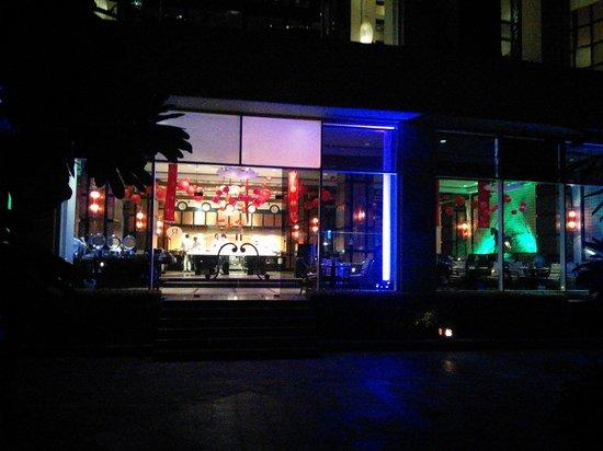 Renaissance Mumbai Convention Centre Hotel : Lake View restaurant at night