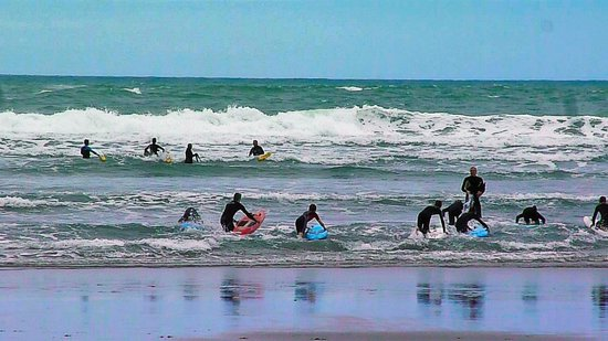 Black Sands Lodge: surf class at Piha beach