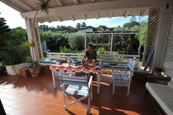 B&B Villa Cetta : Breakfast outside in front of our room, view on the garden