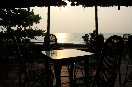 Chilliout Cafe Cherai beach : View from stair entrance to restaurant