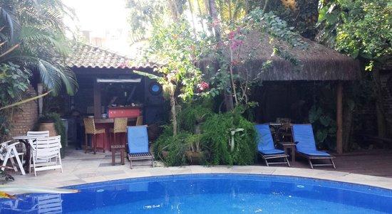 Pousada Pilar: Área da piscina, com cozinha gourmet ao fundo